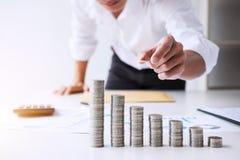Ο επιχειρησιακός λογιστής ή ο τραπεζίτης, επιχειρηματίας υπολογίζει και analysi Στοκ εικόνα με δικαίωμα ελεύθερης χρήσης