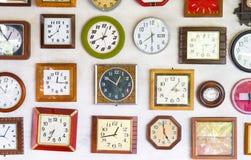 ο ερασιτέχνης που συγκεντρώνεται χρονομετρά την εικόνα ώρας γραφικής παράστασης λίγο παράξενο watchmaker τοίχων Στοκ Εικόνα