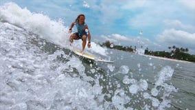 Ο ερασιτέχνης surfer οδηγά το κύμα απόθεμα βίντεο