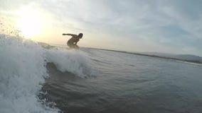 Ο ερασιτέχνης surfer οδηγά το κύμα φιλμ μικρού μήκους