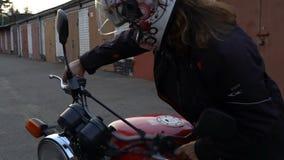 Ο εραστής αδρεναλίνης γυναικών κάθεται στο ποδήλατο και ανοίγει τη μηχανή έτοιμη για το γύρο απόθεμα βίντεο