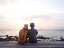 Ο εραστής εξετάζει τη θάλασσα σε ένα μπαλκόνι στοκ φωτογραφίες με δικαίωμα ελεύθερης χρήσης