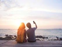 Ο εραστής εξετάζει τη θάλασσα σε ένα μπαλκόνι στοκ εικόνες με δικαίωμα ελεύθερης χρήσης
