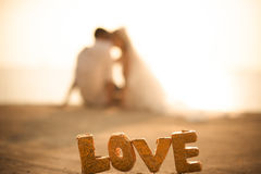 Ο εραστής στο γαμήλιο ζεύγος και το υπόβαθρο ηλιοβασιλέματος στοκ φωτογραφίες