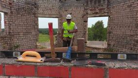 Ο εργάτης οικοδομών παίρνει το σφυρί ελκήθρων φιλμ μικρού μήκους