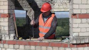 Ο εργάτης οικοδομών βγάζει το καρφί απόθεμα βίντεο