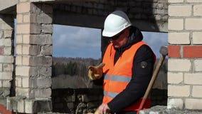 Ο εργάτης οικοδομών παίρνει τη βαρειά απόθεμα βίντεο
