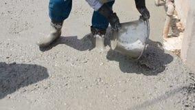 Ο εργάτης οικοδομών τελειώνει το τσιμεντένιο πάτωμα με το τσιμέντο απόθεμα βίντεο