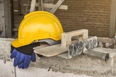 Ο εργαζόμενος έβαλε ένα κράνος και τα εργαλεία μετά από το σπάσιμο εργασίας στοκ φωτογραφίες με δικαίωμα ελεύθερης χρήσης