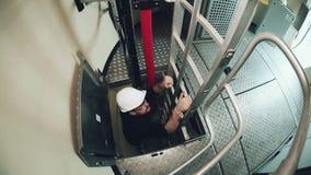 Ο εργαζόμενος αναρριχείται επάνω στη σκάλα μετάλλων απόθεμα βίντεο