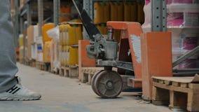 Ο εργαζόμενος αποθηκών εμπορευμάτων αυξάνει τα αγαθά απόθεμα βίντεο