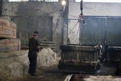 Ο εργαζόμενος αυξάνει τη τσιμεντένια πλάκα με έναν γάντζο Στοκ εικόνες με δικαίωμα ελεύθερης χρήσης