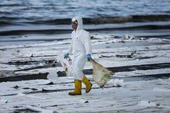 Ο εργαζόμενος αφαιρεί το αργό πετρέλαιο από μια παραλία Στοκ φωτογραφίες με δικαίωμα ελεύθερης χρήσης