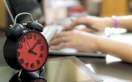 Ο εργαζόμενος γραφείων είναι τέρμα εργαζόμενος στην ώρα απογεύματος Στοκ Φωτογραφίες