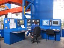 Ο εργαζόμενος ειδικός αρσενικός χειριστής εργάζεται στο πίνακα ελέγχου στις εγκαταστάσεις στο κατάστημα στοκ εικόνες