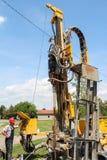 Ο εργαζόμενος ενεργοποιεί τη γεωθερμική μηχανή διατρήσεων Στοκ φωτογραφία με δικαίωμα ελεύθερης χρήσης
