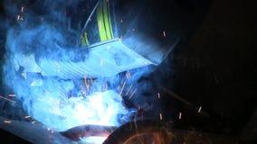 Ο εργαζόμενος ενώνει στενά έναν σίδηρο φιλμ μικρού μήκους
