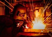 Ο εργαζόμενος ενώνει στενά στο εργοστάσιο αυτοκινήτων Στοκ φωτογραφία με δικαίωμα ελεύθερης χρήσης