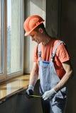 Ο εργαζόμενος ελέγχει την ακρίβεια της εγκατάστασης ενός αέρα στοκ φωτογραφίες