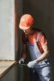 Ο εργαζόμενος ελέγχει την ακρίβεια της εγκατάστασης ενός αέρα στοκ εικόνες