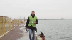 Ο εργαζόμενος θαλάσσιων λιμένων είναι στο λιμένα απόθεμα βίντεο