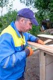Ο εργαζόμενος κάνει τις επισκευές Στοκ φωτογραφία με δικαίωμα ελεύθερης χρήσης