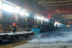 Ο εργαζόμενος καθαρίζει την πλατφόρμα σιδηροδρόμων Στοκ φωτογραφία με δικαίωμα ελεύθερης χρήσης