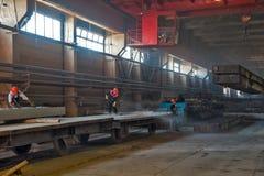Ο εργαζόμενος καθαρίζει την πλατφόρμα σιδηροδρόμων Στοκ φωτογραφίες με δικαίωμα ελεύθερης χρήσης