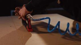 Ο εργαζόμενος καθορίζει μια επιτροπή ινόπλακας για τη βάση του θέματος των επίπλων με stapler απόθεμα βίντεο