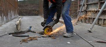 Ο εργαζόμενος κόβει armature μετάλλων Στοκ Φωτογραφία