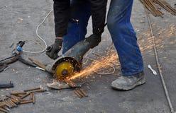 Ο εργαζόμενος κόβει armature μετάλλων Στοκ Φωτογραφίες