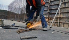 Ο εργαζόμενος κόβει armature μετάλλων Στοκ φωτογραφία με δικαίωμα ελεύθερης χρήσης