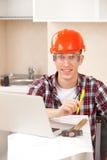 Ο εργαζόμενος μαθαίνει on-line Στοκ φωτογραφίες με δικαίωμα ελεύθερης χρήσης