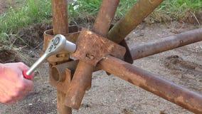Ο εργαζόμενος με το γαλλικό κλειδί στο χέρι του χτίζει το ικρίωμα σιδήρου απόθεμα βίντεο