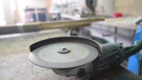 Ο εργαζόμενος με το μύλο γωνίας κάνει τη μεταλλουργία στο βιομηχανικό περιβάλλον απόθεμα βίντεο