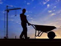 Ο εργαζόμενος με wheelbarrow Στοκ Εικόνες