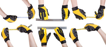 Ο εργαζόμενος παραδίδει τα γάντια ασφάλειας με τη μέτρηση των εργαλείων Στοκ Εικόνες