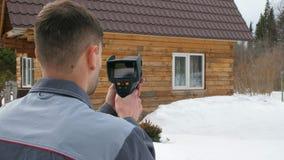 Ο εργαζόμενος πραγματοποιεί μια επιθεώρηση του σπιτιού θερμικό imager Για να ψάξει τις απώλειες θερμότητας Πάλη ενάντια απόθεμα βίντεο