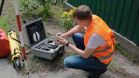 Ο εργαζόμενος προετοιμάζει τη γεωδαιτική συσκευή για απόθεμα βίντεο