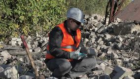 Ο εργαζόμενος ρίχνει τα τούβλα απόθεμα βίντεο