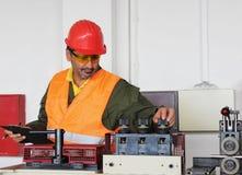 Ο εργαζόμενος ρυθμίζει τη μηχανή στοκ φωτογραφία με δικαίωμα ελεύθερης χρήσης