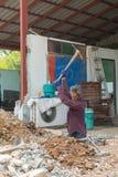 Ο εργαζόμενος σκάβει ένα πάτωμα Στοκ Εικόνα
