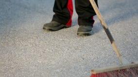 Ο εργαζόμενος σκουπίζει το πάτωμα με μια ευρεία σκούπα απόθεμα βίντεο