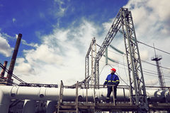 Ο εργαζόμενος στις εγκαταστάσεις παραγωγής ενέργειας Στοκ εικόνα με δικαίωμα ελεύθερης χρήσης