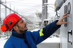 Ο εργαζόμενος στις εγκαταστάσεις παραγωγής ενέργειας Στοκ Φωτογραφίες