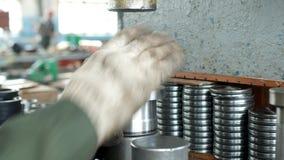 Ο εργαζόμενος στις εγκαταστάσεις πιέζει το ρουλεμάν στην πλήμνη χρησιμοποιώντας μια μηχανή Τύπου, συγκεντρώνοντας την πλήμνη, συγ φιλμ μικρού μήκους