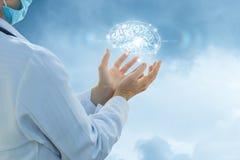 Ο εργαζόμενος στον ιατρικό κλάδο υποστηρίζει τον εγκέφαλο και το διάνοια Στοκ φωτογραφία με δικαίωμα ελεύθερης χρήσης