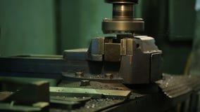 Ο εργαζόμενος στο μέταλλο αλέθει το κομμάτι προς κατεργασία σε μια οριζόντια μηχανή άλεσης απόθεμα βίντεο