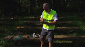 Ο εργαζόμενος στο σπάσιμο στον πάγκο που χρησιμοποιεί την ταμπλέτα και πίνει τον καφέ φιλμ μικρού μήκους