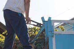 Ο εργαζόμενος στρίβει το γαλλικό κλειδί σωλήνων στοκ εικόνες